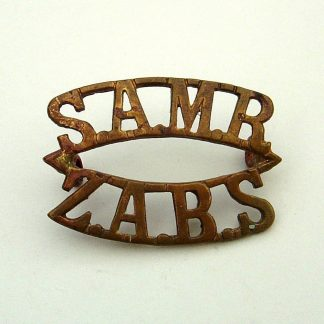 SOUTH AFRICA S.A.M.R.-Z.A.R.S. South African Mounted Rifles 2-line brass shoulder title